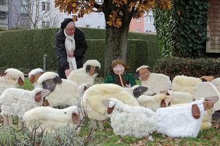 Schwester Gertraud mit der Figur des Schäfers und der Herde im Mutterhausgarten.