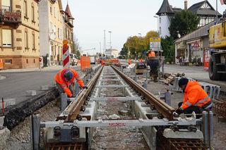 In fünf Baufeldern wird an der Weiterführung der Tram in Kehl gearbeitet. In der Großherzog-Friedrich-Straße in Richtung Innenstadt läuft bereits der Gleisbau.