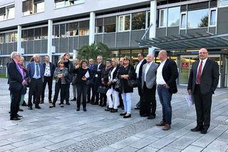 Prof. Dr. Charlotte Niemeyer (Mitte vorne) zeigt den Kuratoriumsmitgliedern die Unikinderklinik.