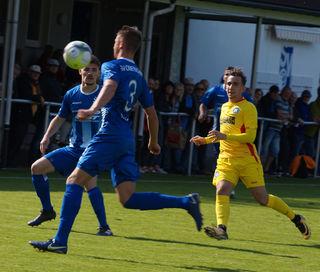 Die Abwehr des SV Oberachern (blaues Trikot) leistete sich einige Fehler und die Niederlage war besiegelt.