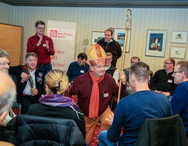 30 Nikolausdarsteller aus ganz Baden-Württemberg erweiterten ihr Wissen beim Workshop im Europa-Park.
