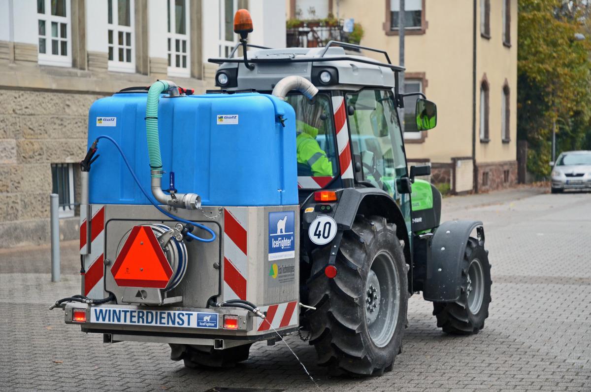 Fahrzeuge verschiedener Größe sorgen für eisfreie Straßen.
