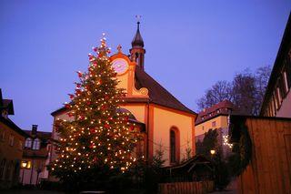 Der Mahlberger Weihnachtsbaum wird nicht nur mit Lichtern, sondern auch Christbaumkugeln geschmückt.