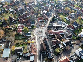 Die Baustelle am Kreisverkehr von Oberachern in einer Luftaufnahme