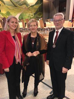 Der scheidende Bürgermeister Karl Burger mit seiner Ehefrau Brigitte Burger und der neuen Mühlenbacher Bürgermeisterin Helga Wössner (links)