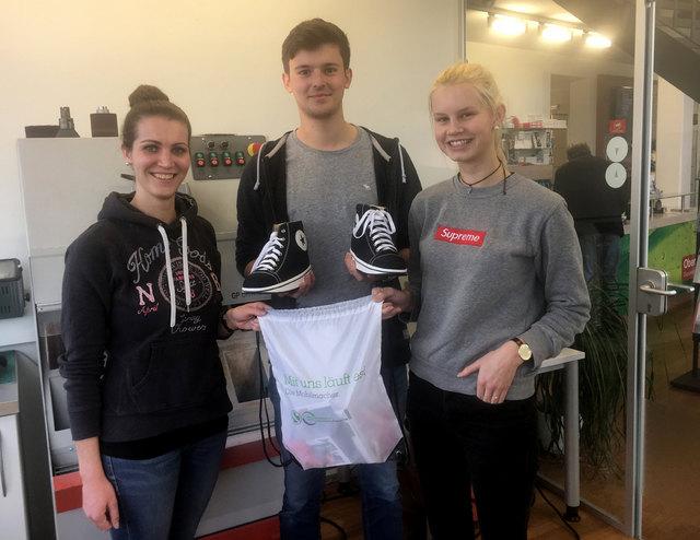 Charly (r.) und Marvin (M.) fertigten bei ihrem Praktikum bei Oberle Gesunde Schuhe in Ettenheim orthopädische Schuhe und lernten auch, dass diese auch modisch sein können.