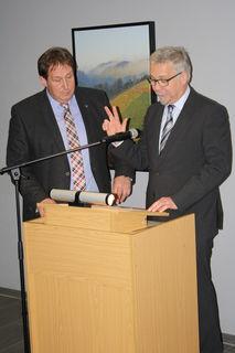 Nicolai Bischler (rechts) bei seiner Vereidigung mit Bürgermeisterstellvertreter Xaver Rockenstein