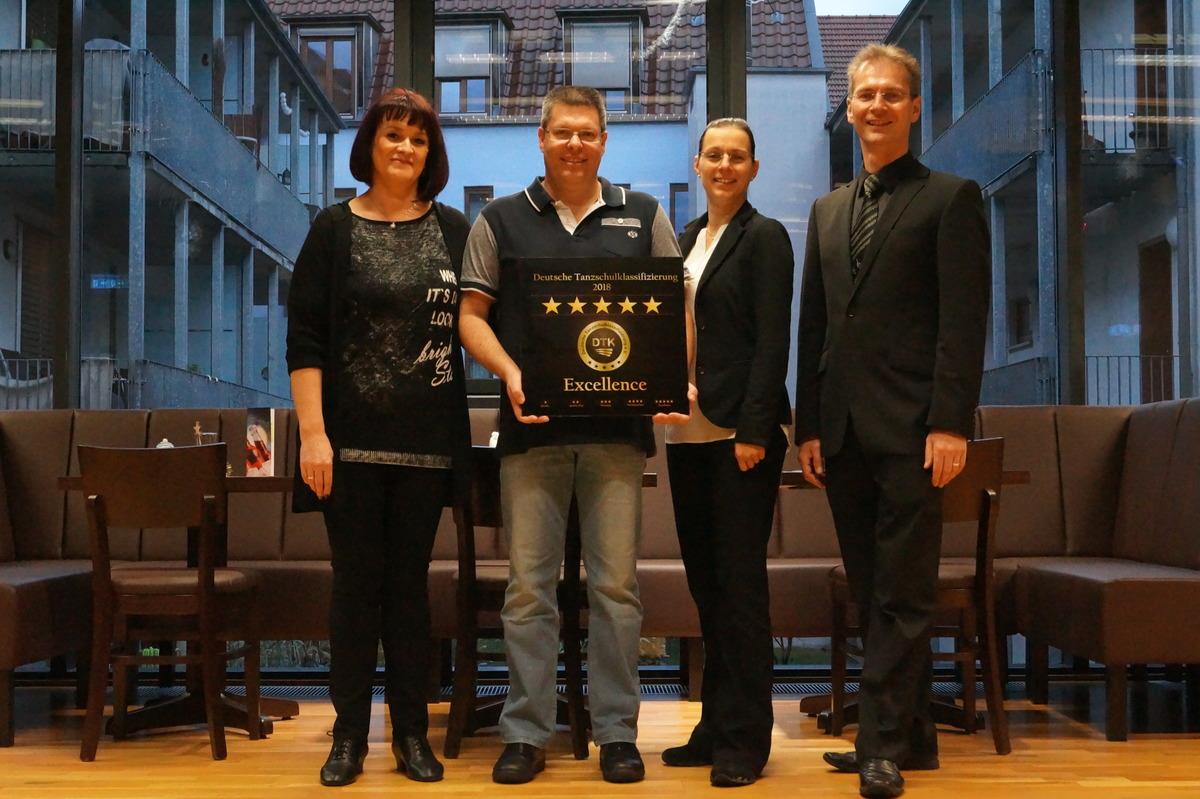 Markus Wegel mit der neuen Auszeichnung für die gleichnamige Offenburger Tanzschule