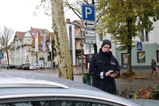Eine der klassischen Aufgaben des Ordnungsdienstes ist es, den ruhenden Verkehr zu kontrollieren, wie es hier gerade Heiko Reimold in Oberkirch macht.
