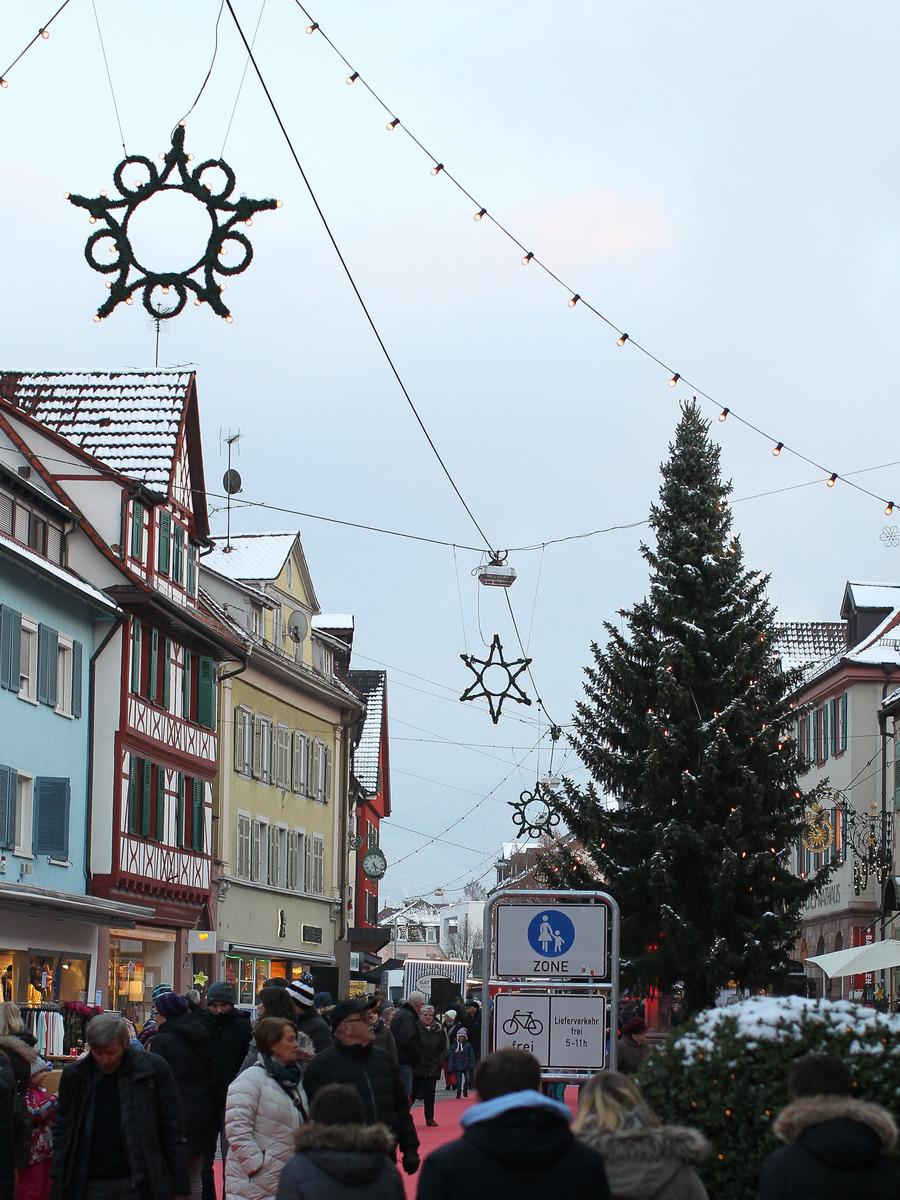 Oberkirch– hier unser Bild– und Achern wollen ein behagliches Erscheinungsbild durch Weihnachtsschmuck schaffen.