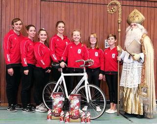 Die erfolgreichen Kunstradfahrer des RSV Gutach, die beim Nikolauspokal in Prechtal vom Nikolaus geehrt wurden.