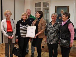 Übergabe der Unterschriften (v. l.): Brigitte Fröhlich, Bärbel Braun, Hanspeter Morgenthaler, Oberbürgermeisterin Edith Schreiner, Friedhilde Sommer und Barbara Steinhart