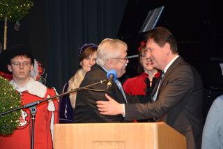 Bürgermeisterstellverteter Udo Prange vereidigte den neuen Hausacher Bürgermeister Wolfgang Hermann (rechts) in der Stadthalle.