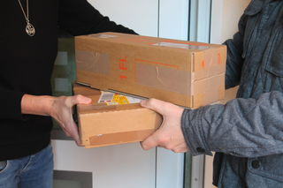 Wer Pakete annimmt, sollte ihren Zustand prüfen.