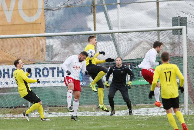 Stadelhofens Torjäger Valon Salihu (beim Kopfball) hat jetzt 18 Tore erzielt und rangiert auf dem zweiten Platz in der Torjägerliste.