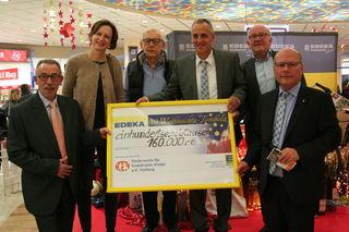 Der Erlösbetrag von 160.000 Euro löste Freude aus (v.l.): Josef Tetz, Dr. Simone Hettmer, Wolfgang L. Obleser, Franz Bähr, Bernd Rendler und Winfried Luidbrand