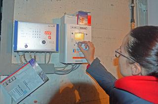 Energiemanagerin Eva-Maria Löhrmann optimiert die Einstellungen an der Heizanlage, damit nicht unnötig geheizt wird.