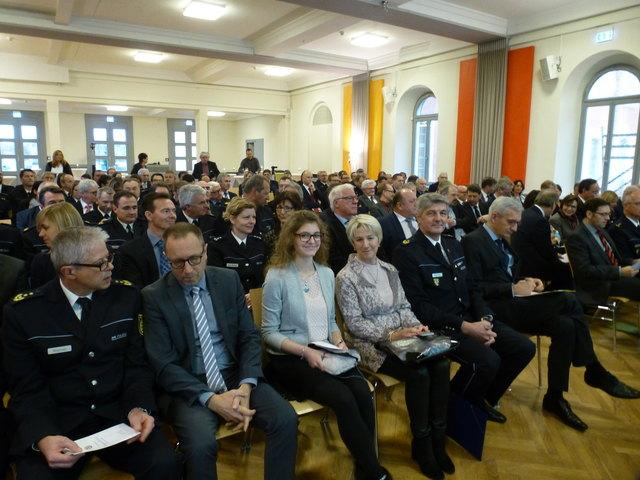 Rund 120 geladene Gäste waren bei der Amtseinführung von Reinhard Renter (5. v. l..) als Polizeipräsident dabei.
