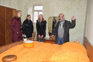Geschäftsführerin Margit Langer (von links), Svenja Janes und Julia Lauer lassen sich gerne von der Begeisterung des wissenschaftlichen Leiters Thomas Hafen anstecken.