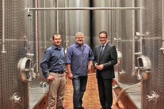Freude gibt es bei Qualitätsmanager Frank Männle (v. l.), Kellermeister Martin Bäuerle und dem geschäftsführenden Vorstand Markus Ell.