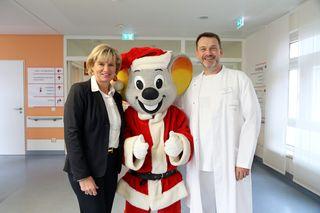 Mauritia Mack, Ed Euromaus und Chefarzt Stefan Stuhrmann in der Kinderklinik