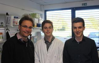 Sie freuen sich über den Erfolg (v. l.): Dr. Stephan Elge, Preisträger Tobias Stadelmann und Daniel Heid