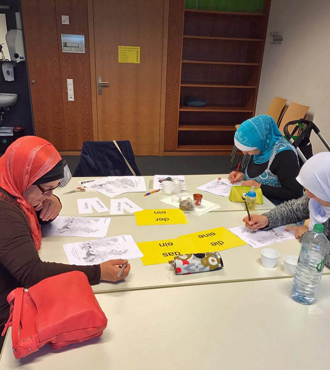 """Lernende Mütter beim wöchentlichen Treff des Rucksackprogramms, ein Angebot von """"IN VIA"""" und der Stadt Offenburg."""