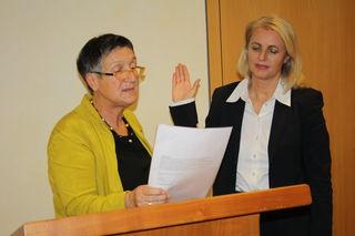Mühlenbachs erste Bürgermeisterstellvertreterin Evmarie Buick verpflichtet Helga Wössner als neue Bürgermeisterin.
