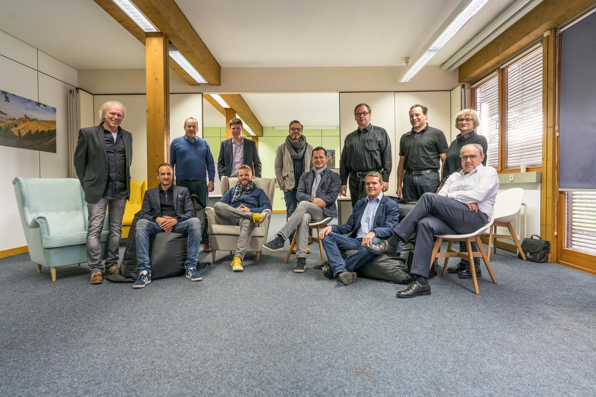 """Die Mentoren des """"Black Forest Accelerators"""" (v. l.):Uwe Baumann, (Ideenwerkstatt Lahr),Dominik Fehringer (WRO-Geschäftsführer),Martin Foshag (Gründer und langjähriger Vorstand des IT-Systemhauses Leitwerk), Florian Appel (startUP.connect), Jeremias Endres (Ergowerk), Alexander Schulze (Ergowerk),Swen Laempe (Gründer Vioma), Ralf Müller (Dorotheenhütte Wolfach und Zeller Keramik Manufaktur), Michael Bertram, Florian Künstle (Kanzlei Reich & Künstle),Brigitta Schrempp (Schrempp EDV) undFrank Semling"""