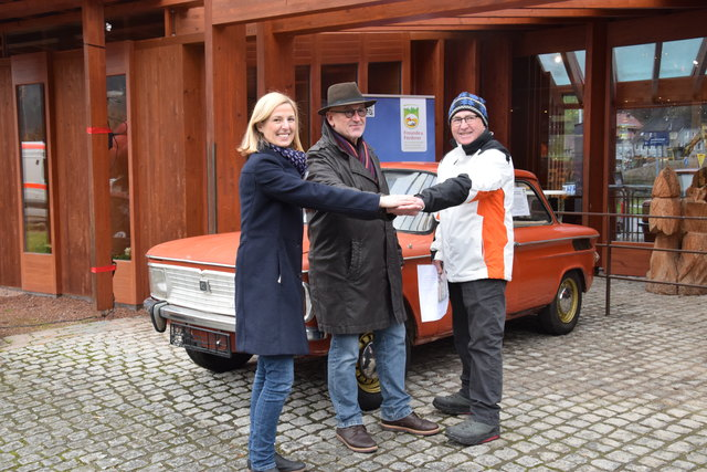 Autofreuden im Freilichtmuseum Vogtsbauernhof: Geschäftsführerin Margit Langer, Vorsitzender Gerd Baumer und der ehemalige Besitzer Rolf Lembach (von links)