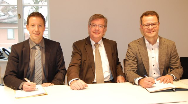 Der Vetrag steht (v. l.): Bürgermeister Manuel Tabor (Appenweier), Willi Stächele (Landtagsabgeordneter) und Bürgermeister Marco Steffens (Willstätt)