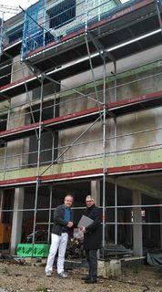 Dr. Stefan Leuthner (l.) und Bürgermeister Markus Vollmer vor der Praxis, die im Herbst bezogen werden kann.