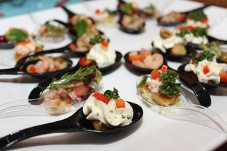 Eine gute Idee für das Silvesterbuffet: Fingerfood, das auf großen Löffeln serviert wird.