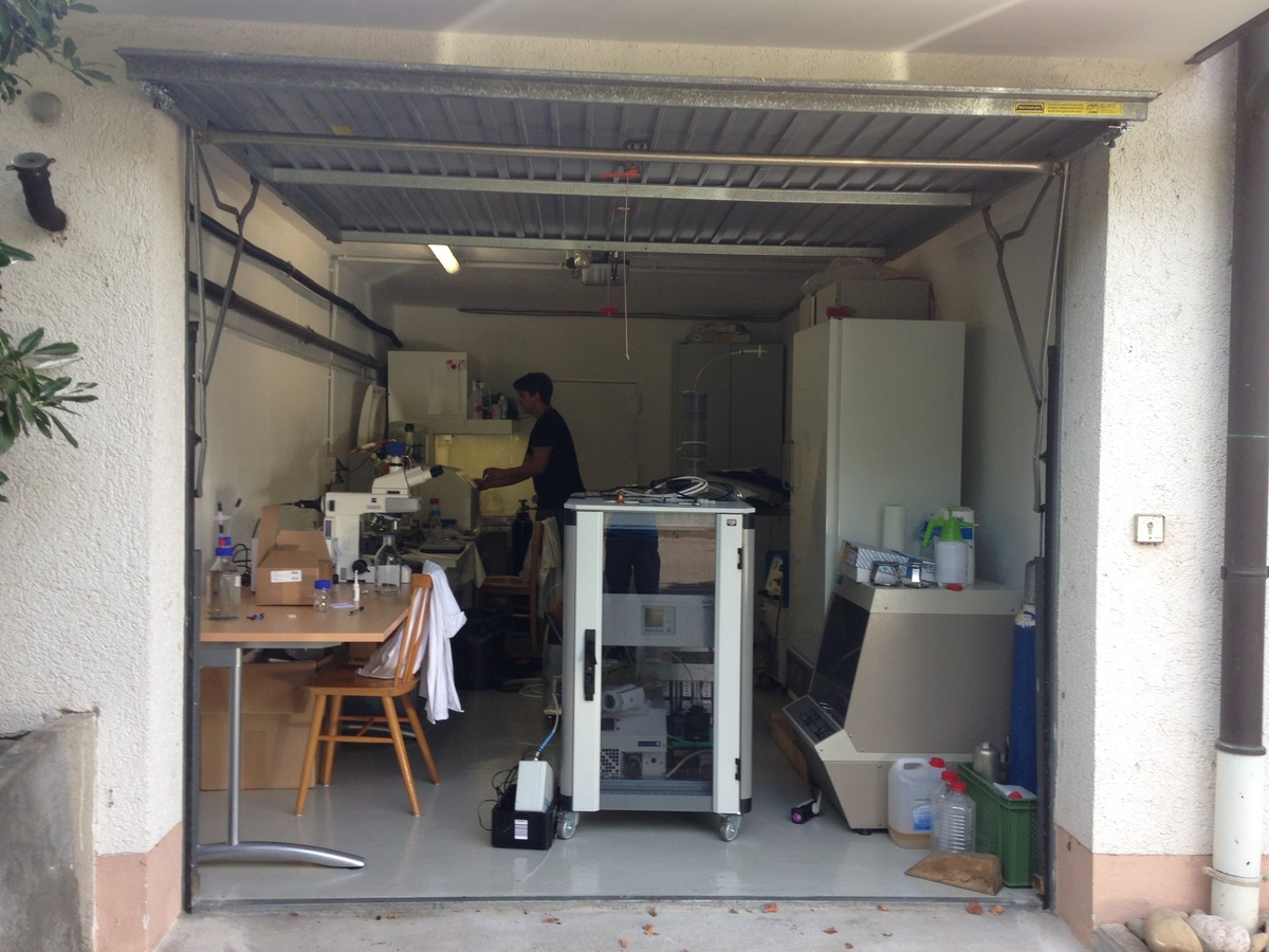 Auch die Erfolgsgeschichte der jungen Ortenauer Forscher begann in einer Garage – hier das erste eingerichtete Labor im Jahr 2014.