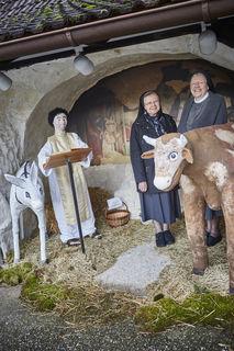 Die Schwestern Veronika und Michaela (r.) in der Grotte des Klostergartens vor der Nachbildung des Frescos aus der Greccio-Grotte des Franziskus