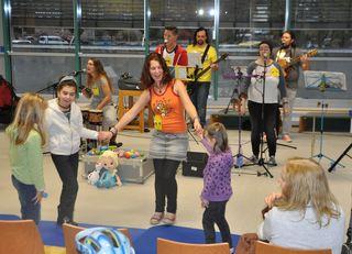 """Gemeinsam mit den Patienten der Kinderklinik des Epilepsiezentrums Kork wurde bei der """"Tour des Lächelns"""" gesungen und getanzt"""