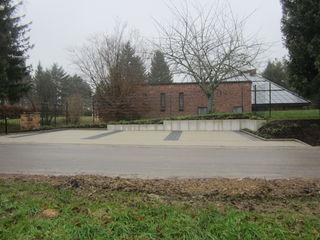 """Diese mit einem Breitenmaß von rund 3,50 Meter """"überbreiten"""" Stellplätze befinden sich nahe der seitlichen Zufahrt zur Aussegnungshalle."""
