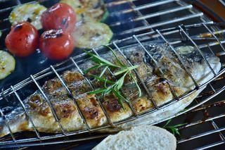 Mediterrane Kräuter passen besonders gut zur aus dem Mittelmeer stammenden Dorade.