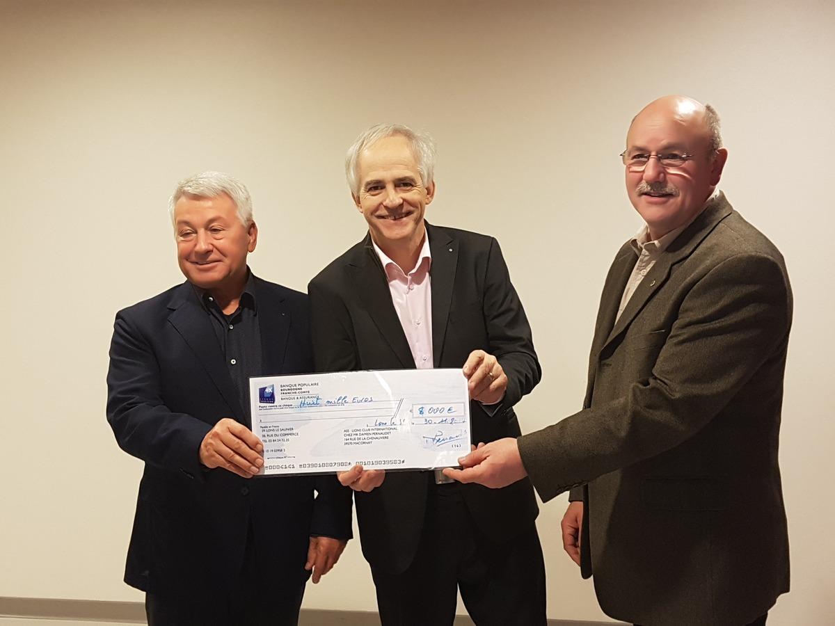Karlheinz Neff (l.) mit dem Präsidenten des französischen Partnerclubs, Christian Bossert (r.), und dessen Schatzmeister Gérard Guerrin bei der Scheckübergabe