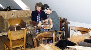 Nachgestellte Szene in der Werkstatt eines Bürstenbinders