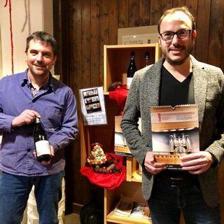 Winzer Stefan Huschle (l.) mit Orgelwein sowie Bezirkskantor Traugott Fünfgeld mit Orgelkalender