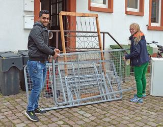 Fares Mousa und die städtische Integrationsmanagerin Svenja Gerbendorf