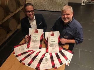 Beste Rotweine kommen aus der Oberkircher Winzer eG, darüber freuen sich Markus Ell und Martin Bäuerle (r.).