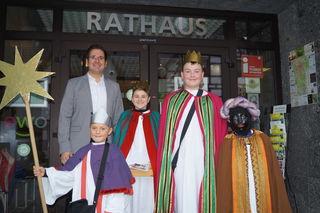 Bürgermeister Stefan Hattenbach mit Sternsinger-Gruppe (v. l.) Lukas Schnurr (Sternträger), Marc-Luis Mungenast (Melchior), Tobias Huber (Baltasar) und Silas Schnurr (Kasper)