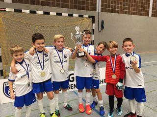 Die F-Junioren des SV Rust gewannen sensationell in ihrer Altersklasse den Pokal des Siegers.
