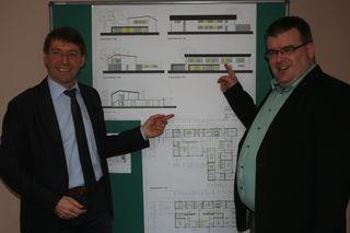 """Bürgermeister Bruno Metz (links) und Pfarrer Martin Kalt stellen die Pläne für den Bau des neuen Kindergartens im Baugebiet """"Supperten"""" vor.[spreizung][/spreizung][fotovermerk]Foto: Michael Masson[/fotovermerk]"""