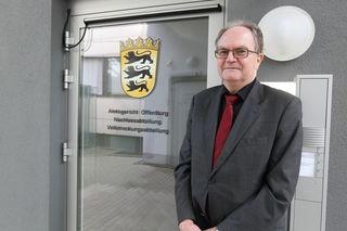 Rolf-Dieter Sigg vor den neuen Räumen des Nachlassgerichts in Offenburg, in dem die Mitarbeiter derzeit noch mit dem Erfassen der Akten beschäftigt sind.