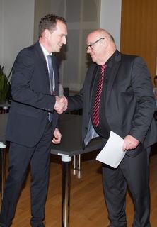 Hubert Müller (rechts) verpflichtete Bürgermeister Richard Weith.
