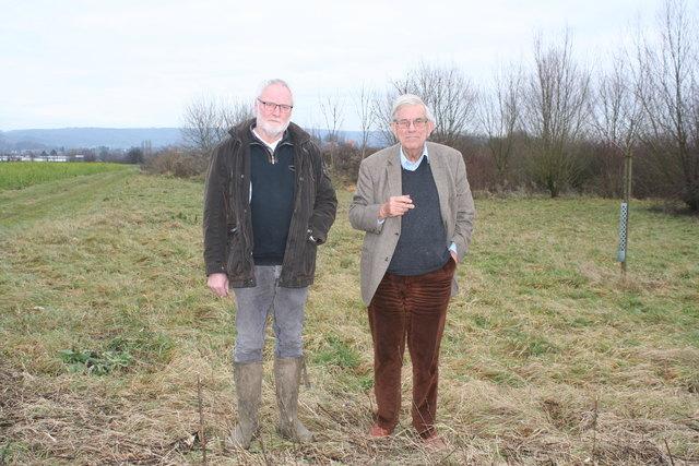 Zwischen den Feldern haben die beiden Mahlberger Jäger, Charles-Joseph von Türckheim-Böhl und Michael Höfler (v. l.), zahlreiche Biotope angelegt.