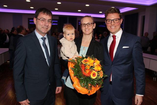 """""""Heute ist ein unglaublicher Tag für mich"""", sagte Bürgermeister Gregor Bühler (r.) nach seiner Vereidigung, hier mit seiner Ehefrau Tanja, Sohn Jakob und seinem Stellvertreter Rolf Hauser."""